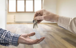 Мнение экспертов стоит ли продавать квартиру в 2020 году сейчас или подождать