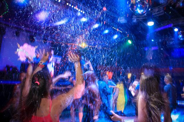 Работа в ночных клубах гардеробщицей бесплатный клуб в москве сегодня для девушек